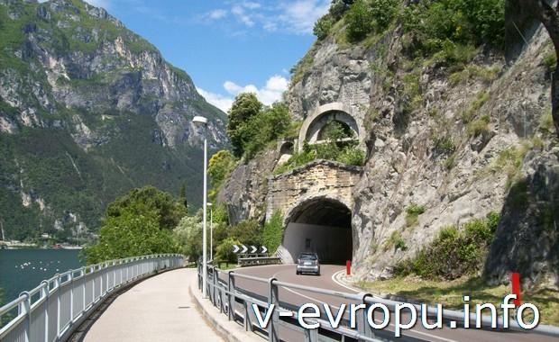 Тоннель на дороге в Риву дель Гарду (Италия)