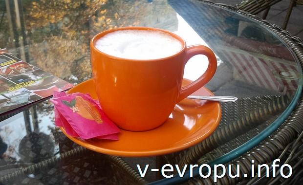 В Италии кофе на стойке в баре всегда дешевле, чем за столиком