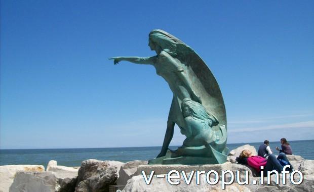 Ваш отель на букинге, как скульптура девушки на  берегу Римини: дождется Вас всегда!