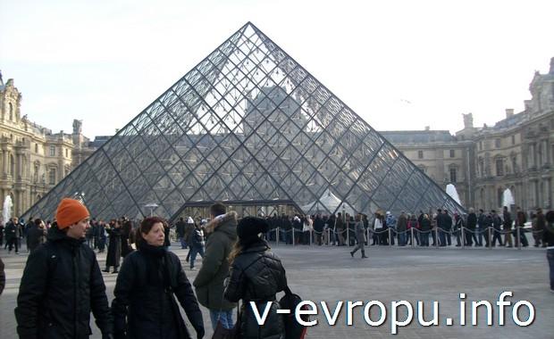 Пирамида-вход в Лувр