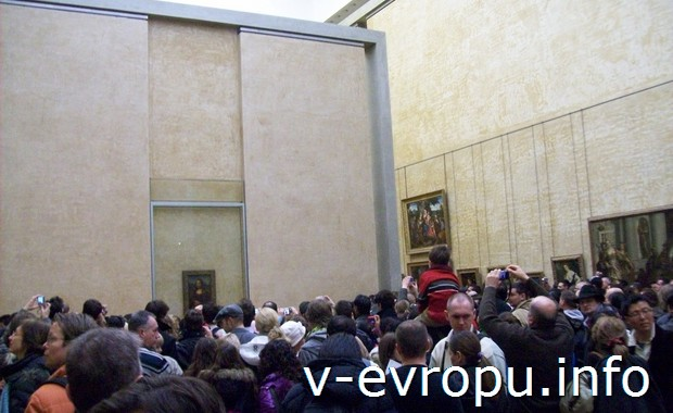 Толпа туристов-посетителей перед Моной Лизой в парижском Лувре