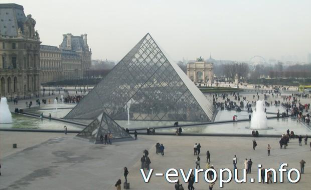 Пирамида на Палас Рояль - основной вход в парижский музей Лувр