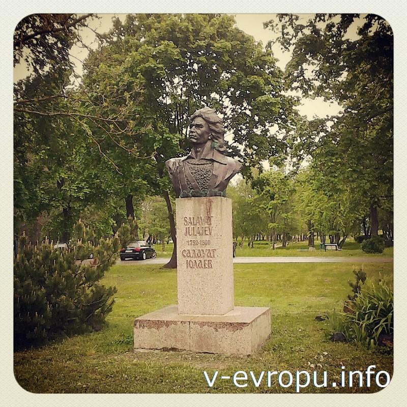 Памятник-бюст Салавату Юлаеву был установлен в городе Палдиски в 1989 году