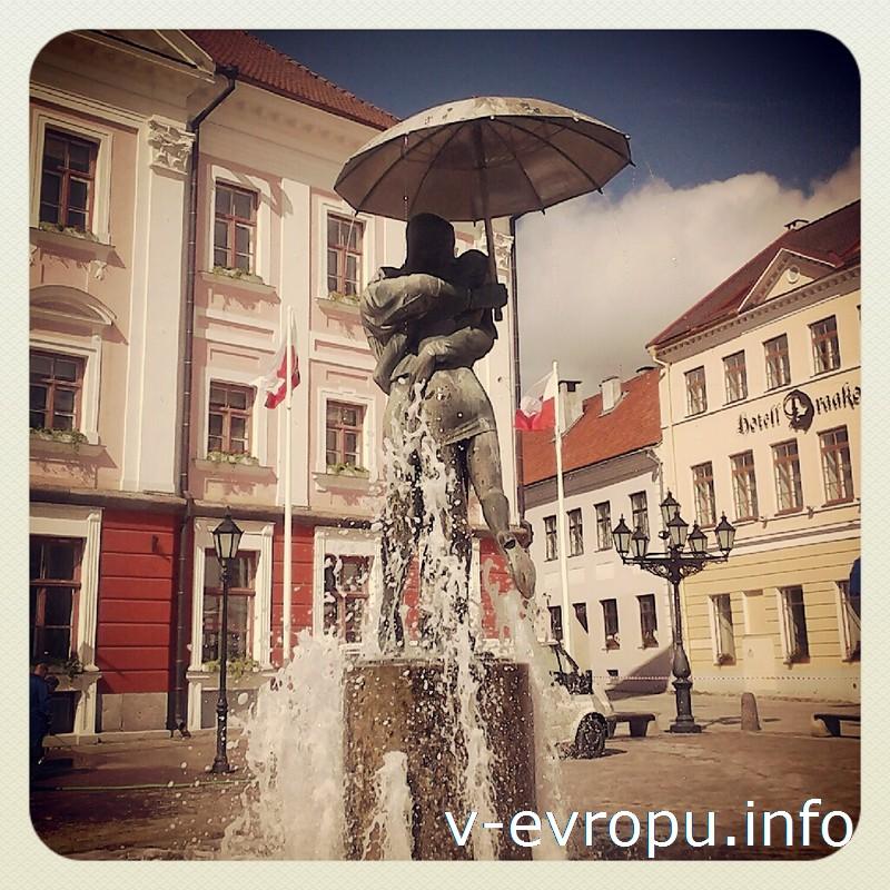 В центре Тарту под зонтом целуются студенты