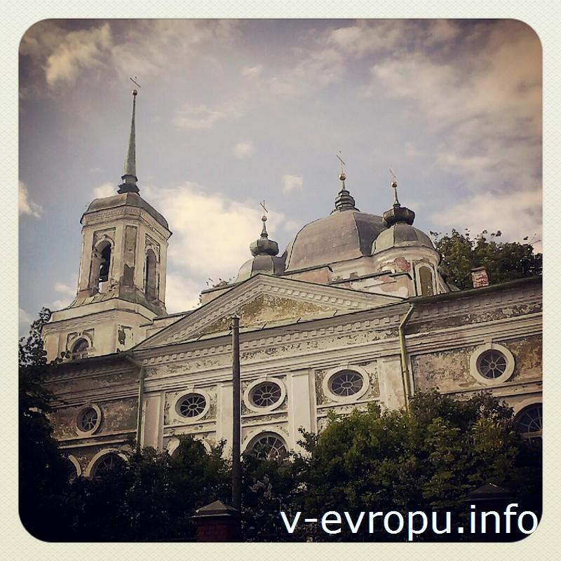 Тартуский кафедральный собор Успения Божьей Матери венчают один большой и четыре малых луковичных купола