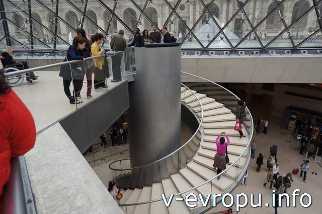 Париж. Лувр. Лифт для людей с ограниченными возможностями