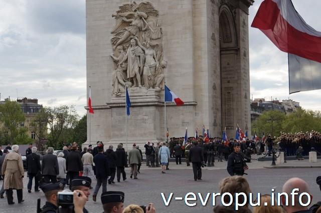 Париж. Триумфальная Арка. Прадничная колонна в честь дня Победы