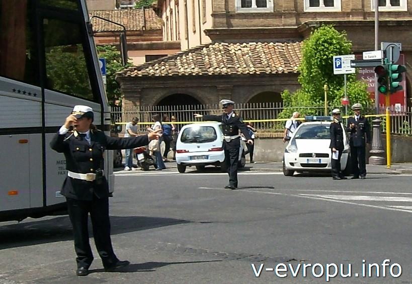 Полицейские в Риме. Регулирование движения на перекрестках