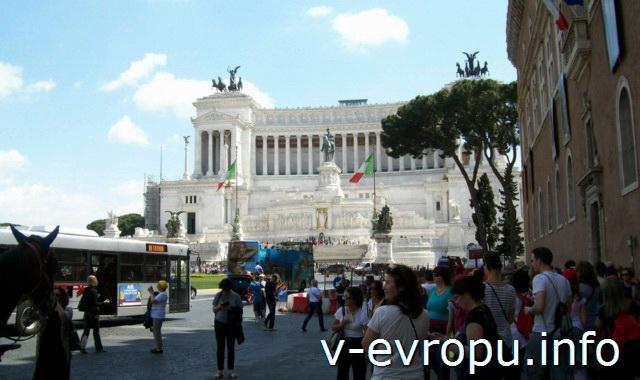 Автобусы Рима. Фото. Автобусная остановка у памятника Витторио Эмануэле