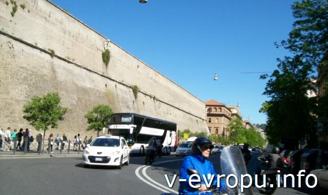 Транспорт Рима. Фото. Такси у стен Ватикана