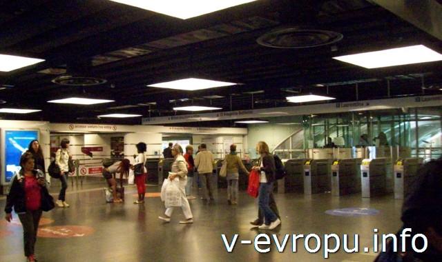 Рим. Жд вокзал Термини. Фото. Турникеты метро на станции Термини