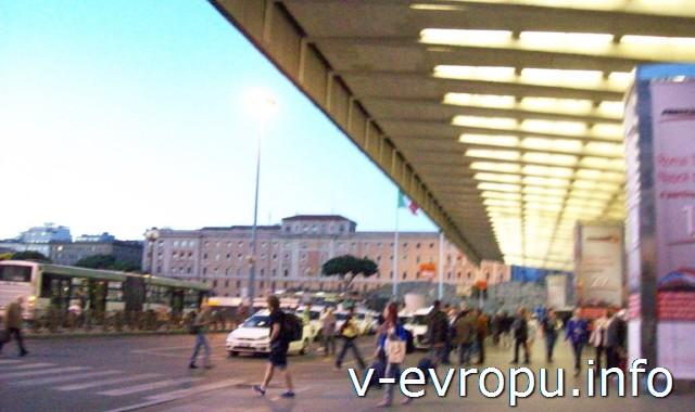 Рим. Жд вокзал Термини. Фото. Центральный вход вокзала и стоянка такси