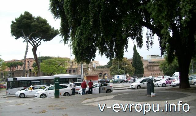 Такси в Риме. Фото. Остановка у собора Сан Джовани ин Латерано