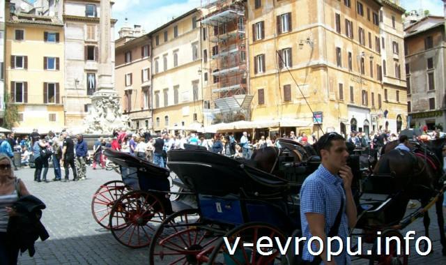 Рим для путешествий: правила самостоятельного туриста. Фото. Площадь перед Пантеоном. Туристы устраивают себе скамейки для отдыха на ступеньках постамента