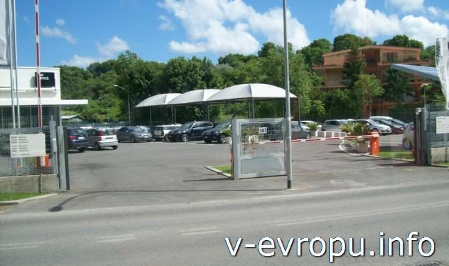 Автобусная остановка на окраине Рима