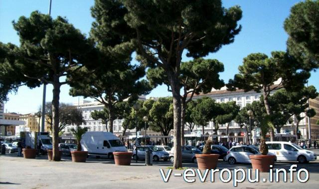 Рим. Жд вокзал Термини. Фото. Стоянка машин рядом с покзалом
