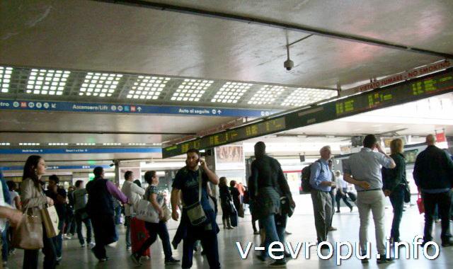 Рим. Жд вокзал Термини. Фото. Выход на платформы к поездам и второе электронное табло отправления поездов