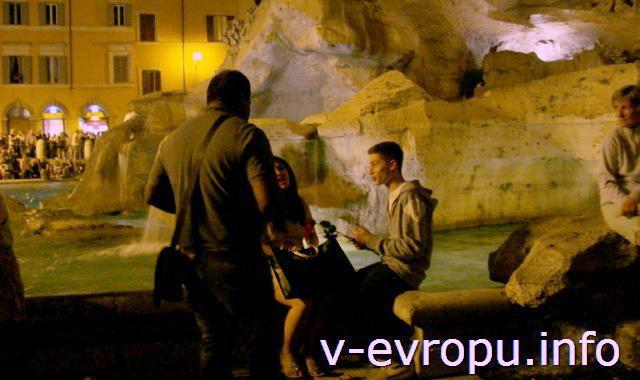 """Рим для путешествий: правила самостоятельного туриста. Фото. У фонтана Треви торговец """"разводит"""" на покупку цветов"""