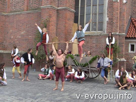 Свадьба в Ландсхуте: выступления циркачей перед трибунами