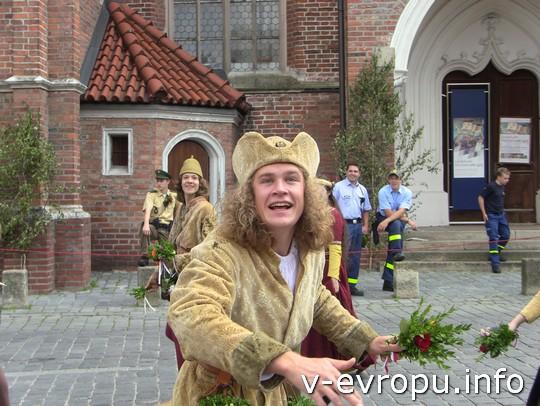 Свадьба в Ландсхуте: в Ландсхуте все мужчины целый год отращивали средневековые прически