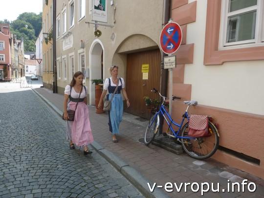 эти дни в Ландсхуте местные жители носят национальную баварскую одежду