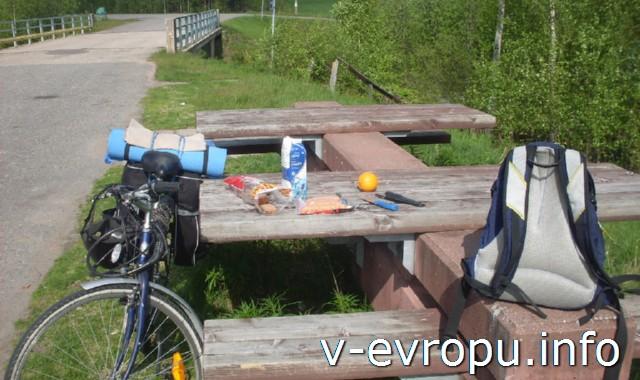 На велосипеде от Соданкюля до Рованиеми. Обед на придорожном столике