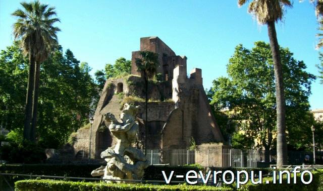 Парк Николы Калипари на Эсквилинском холме. На переднем плане скульптура фонтана Наяд Марио Рутелли