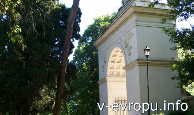 Триумфальная арка Септимия Севера в парке виллы Боргезе. Рим