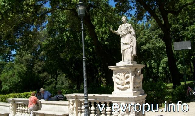 Галерея\музей Боргезе. Скульптура на площади перед входом.
