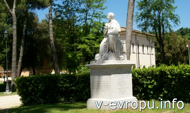 Памятник Байрону в начале улицы Музея Боргезе
