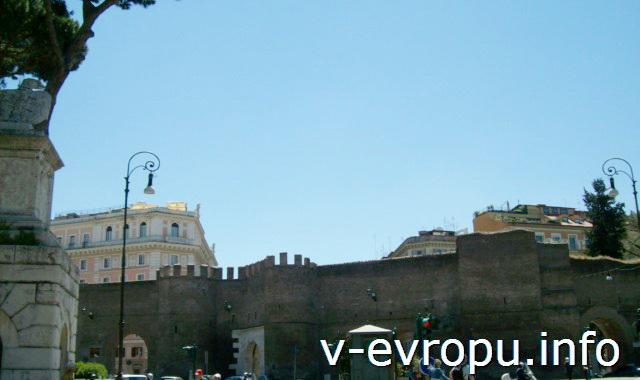 Рим. Муро Торто доль которой нужно идти от метро до парка Боргезе