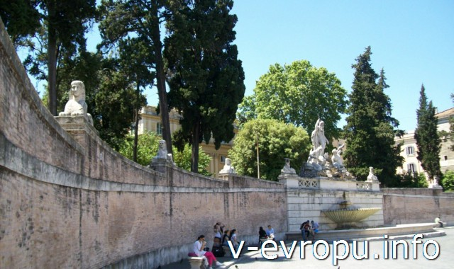 Овальная стена вокруг площади дель Пополо. Рим