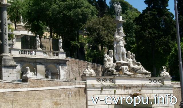 """Начало """"Наполеоновской лестницы"""" и Фонтан """"Богиня Рима"""" на восточной стороне площади дель Пополо в Риме"""