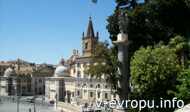 Вид на пьяцца дель Пополо и Церковь Святой Марии дель Пополо со ступенек Наполеоновской лестницы в Риме