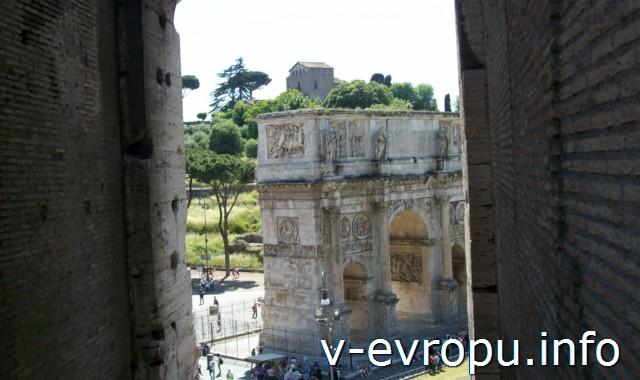 Вид на Арку Константина из проема арки Колизея