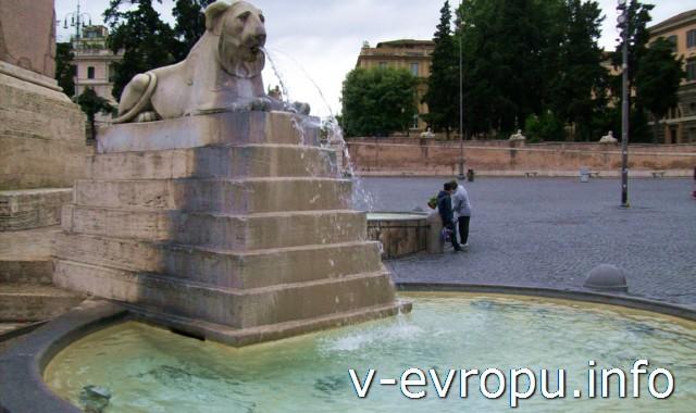 Фонтан с египетским львом в центре площади дель Пополо в Риме