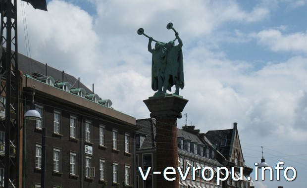 Достопримечательность Копенгагена: глашатаи на ратушной площади