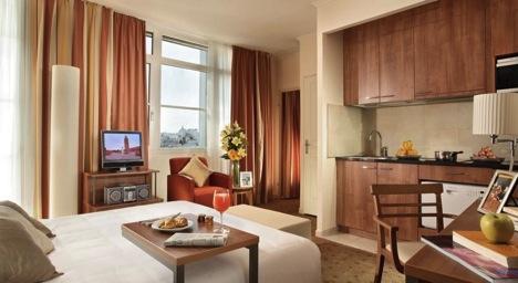 Как забронировать отель в Париже?