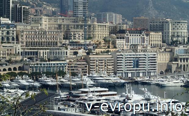 Монте-Карло. Слева внизу - трибуны для гран-при. Эти мировые автогонки проходят прямо по городской автомагистрали
