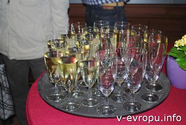 Бокалы шампанского - за нашу встречу!