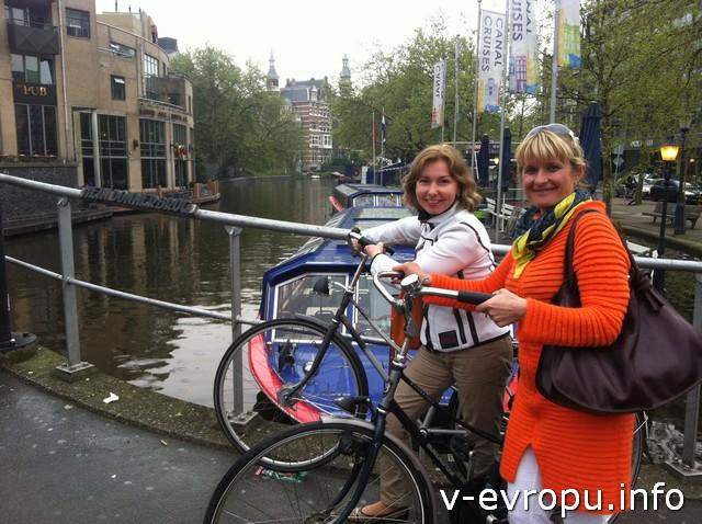 Светлана и Людмила правильно осваивают Амстердам - на великах