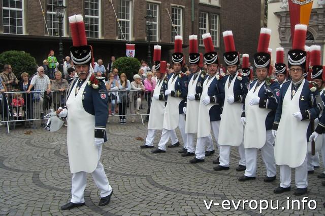 Костюмированное шествие в Дюссельдорфе в честь открытия Кирмеса на Рейне