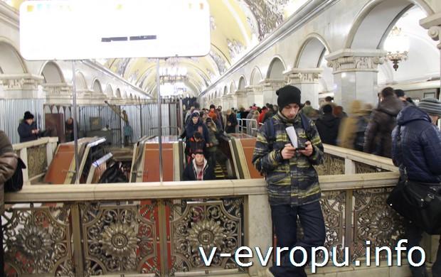 Переход на Сокольническую линию (красная ветка) в центре зала Комсомольской-кольцевой