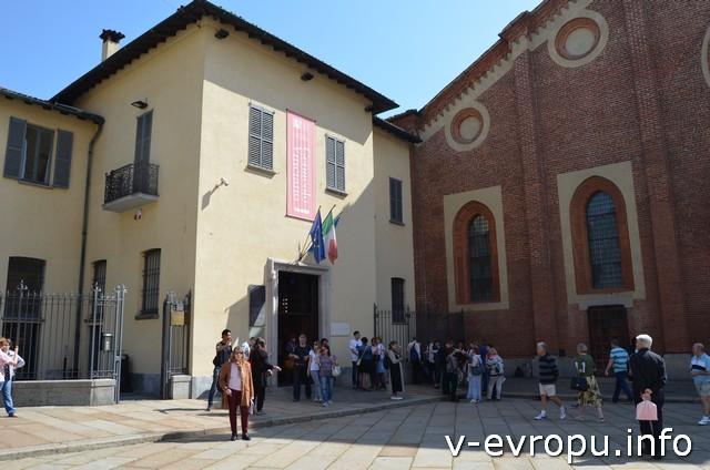 """Перед Церковью Санта Мария делле Грацие мы готовимся к встрече с фреской """"Тайная Вечеря"""""""