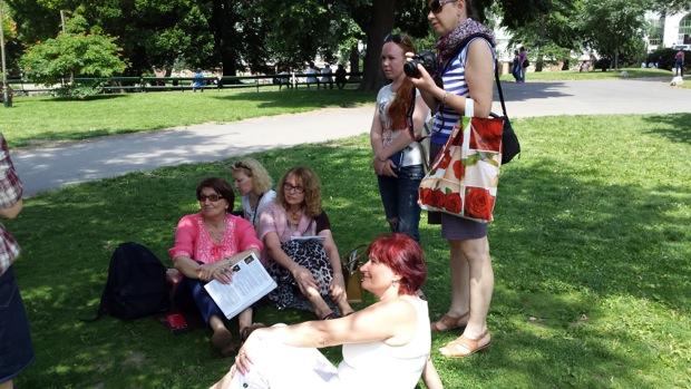 Участники выполняют задание и отдыхают на травке в Бурггартене