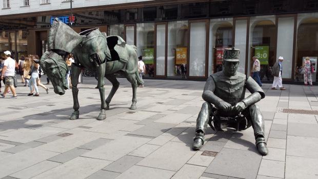"А вот и сама скульптура ""Monumental Break"" на улице Грабен"