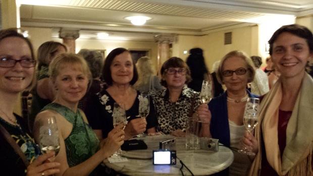 Поднимем бокал шампанского за встречу перед оперой