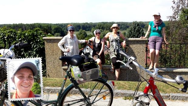 Смартфон помог и мне попасть на фотографию на память во время нашей велопрогулки