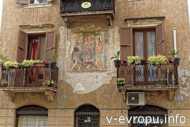 Верона. Балкончики наших апартаментов B&B Marconi