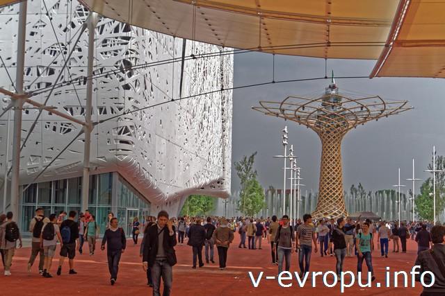 Милан. Экспо-2015. Слева павильон Италии